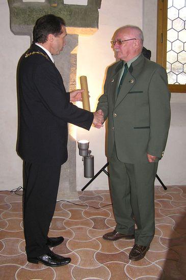 primátor předává Cenu města Jihlavy Ing. Ivanovi Bohatému